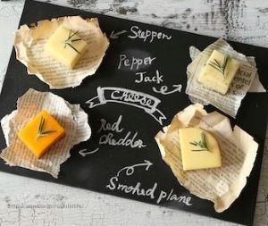 plateau-de-fromage-sur-fond-peinture-ardoise